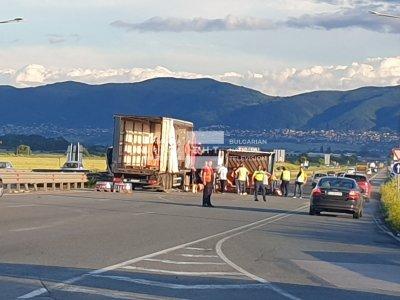 Тир се обърна в София, движението е затруднено