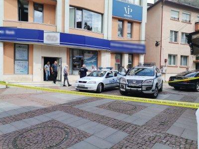 Банковият крадец от Дупница задигнал 54 000 лв., завил ги в тениска и ги скрил