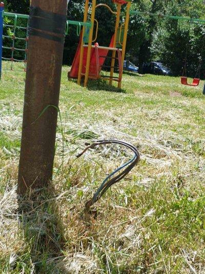 Оголен кабел стърчи на детска площадка в столичен квартал