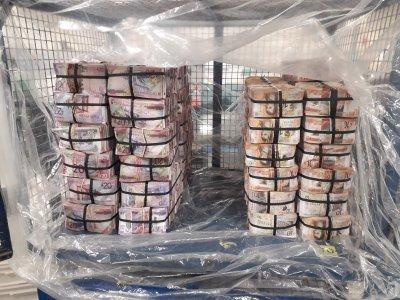 Митничари откриха над 800 000 паунда в багажник на кола