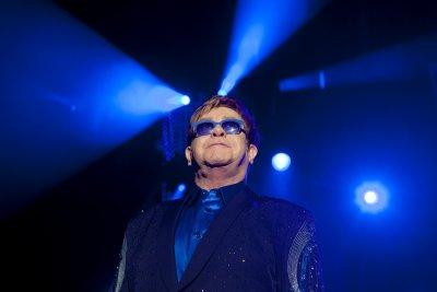 Елтън Джон удължава прощалното си турне в САЩ и Европа
