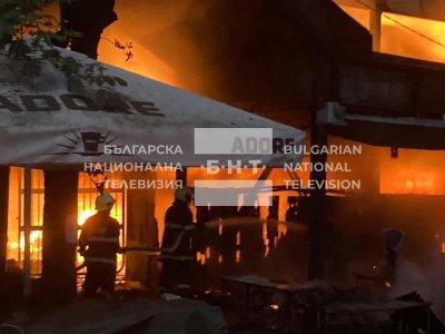 Пожар горя на Закрития пазар в Перник (Видео, снимки)