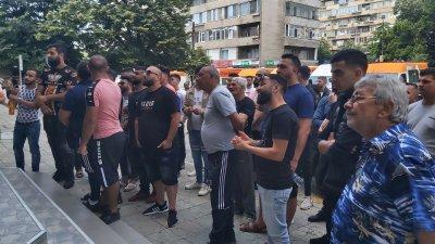 Близки на починалото в болницата в Сливен момиче излязоха на протест