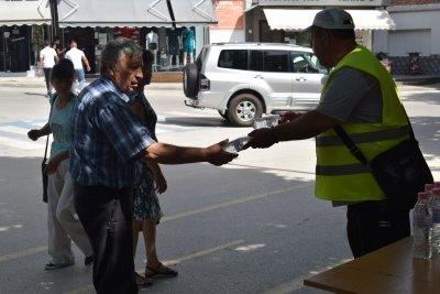 Раздават безплатна минерална вода заради жегата в Сандански