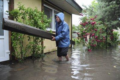 Стотици населени места в Украйна са без ток след бури и порои