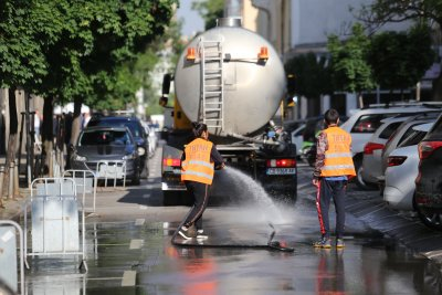 Мият извънредно улиците в София заради жегите
