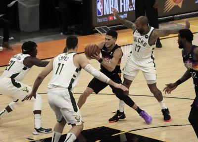 Финикс взе и втория мач срещу Милуоки във финала на НБА