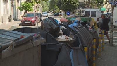Страшна гледка и зловоние: Контейнерите за боклук във Варна преливат