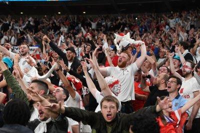 """Магичен момент на """"Уембли"""", фенове и отбор запяха заедно"""