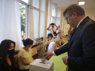 Лидерът на ДПС Мустафа Карадайъ гласува за рестарт на държавността