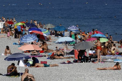 Франция ще ваксинира летовници по плажовете