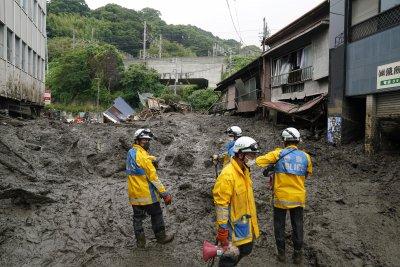 Кално свлачище отнесе къщи в Япония (Снимки)