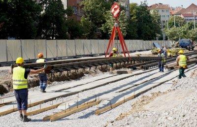 """Започна монтирането на трамвайните релси на пл. """"Македония"""" (Снимки)"""