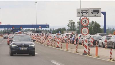 Опашки от автомобили по границите на Сърбия