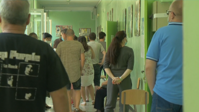Опашки за гласуване пред 45 ОУ в София