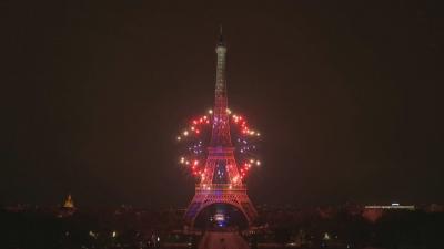 Пищни фойерверки осветиха небето над Париж