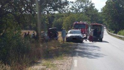 Тежък инцидент: Момиче на 15 загина, след като 17-годишна шофьорка без книжка се заби в дърво