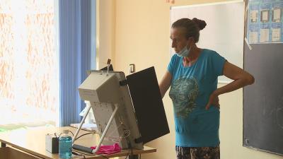 Жена от Каменар гласува близо час