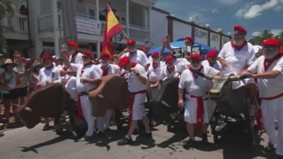 Стотици мъже се преобразиха като Хемингуей, за да пародират надбягването с бикове