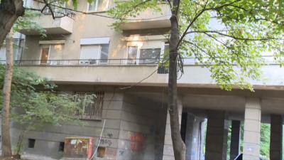 Защо електрически кабели висят по дърветата в столичен квартал?