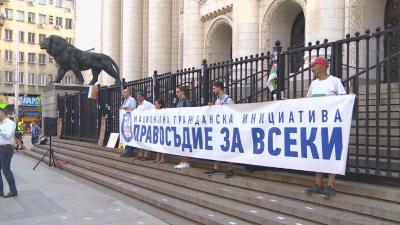 Две години протести за оставката на главния прокурор