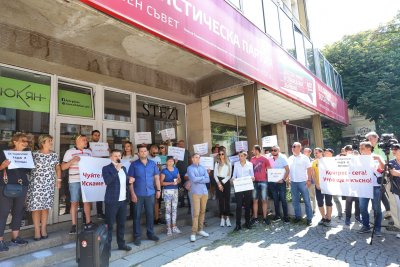 БСП се събра на пленум, протестиращи от партията поискаха оставката на Нинова
