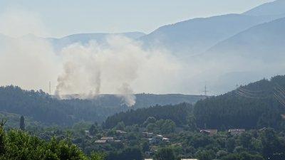 Все още тлее пожарът на сметището край Дупница