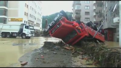 Шестима са загинали при наводнения и свлачища в Турция