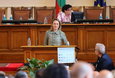 Председателят на НС Ива Митева с идея депутатите да не заседават всяка седмица