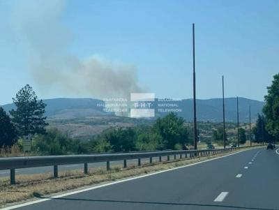 """Два пожара - единият близо до АМ """"Струма"""", горят край Благоевград (Снимки)"""