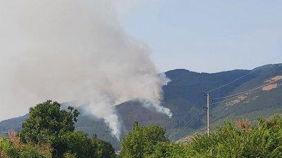 Голям пожар гори в района на Твърдица