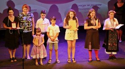 Деца и юноши зад граница бяха наградени от Държавната агенция за българите в чужбина