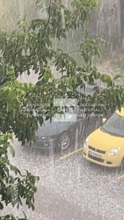 Пороен дъжд и градушка удариха София (ВИДЕО И СНИМКИ)