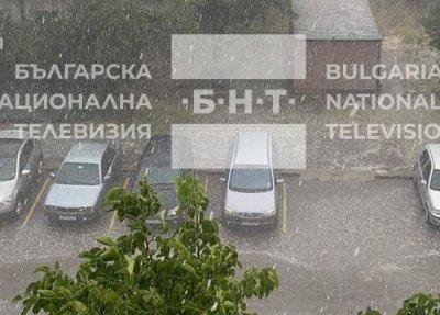 Пороен дъжд и градушка удари София (ВИДЕО И СНИМКИ)