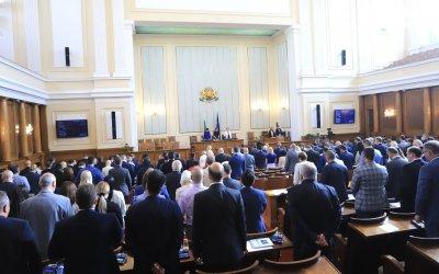 Парламентът почете с едноминутно мълчание жертвите на пожара край Петрово