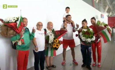 Първите завърнали се олимпийци бяха посрещнати с аплодисменти