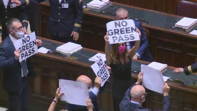 Депутати протестират срещу зеления паспорт в Италия