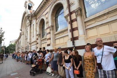 Протест пред Халите против превръщането на сградата в супермаркет