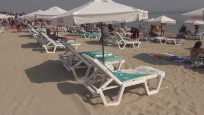 Схема за безплатна сянка: Туристи си разменят една и съща касова бележка за чадъри и шезлонги