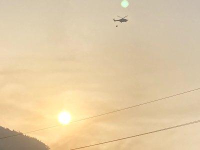 Хеликоптер се включи в гасенето на голям горски пожар в Карловско
