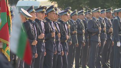 """Над 40 випускници на ВВВУ """"Георги Бенковски"""" получиха първи офицерски и сержантски звания"""