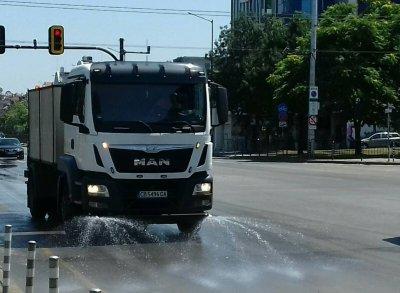 В София раздават вода и оросяват улиците срещу жегата