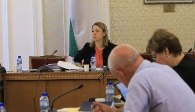 Депутатите обсъждат дали да намалят заплатите си