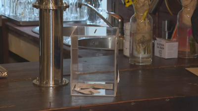Нагла кражба: Мъж задигна голяма сума пари от кутия за дарения в столично заведение