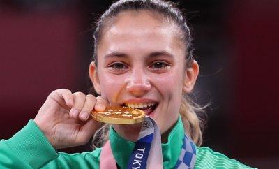 Защо спортистите хапят медалите си?