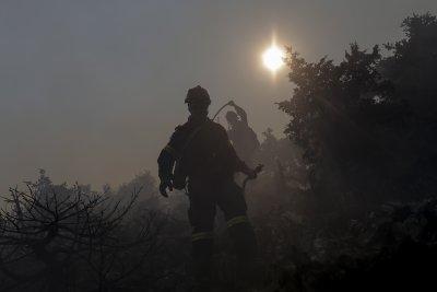 Продължава евакуацията заради пожара на о-в Евия