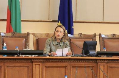 Ива Митева свиква извънредно заседание на НС заради кадрите с полицейско насилие над протестиращи