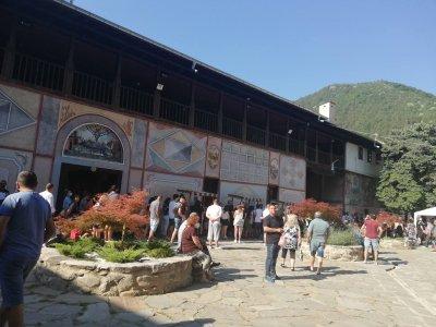 Хиляди вярващи се стичат в Бачковския манастир на Успение Богородично