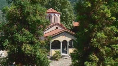 Наематели на паркинг до Бачковския манастира спорят кой трябва да таксува клиентите