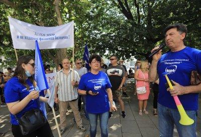 Спешни медици протестират заради заплащането при работа с ковид болни